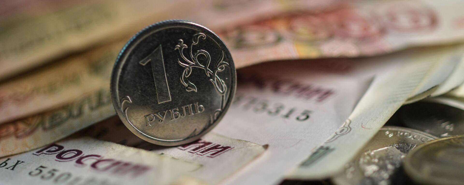 Денежные купюры и монеты. - Sputnik Абхазия, 1920, 05.07.2021