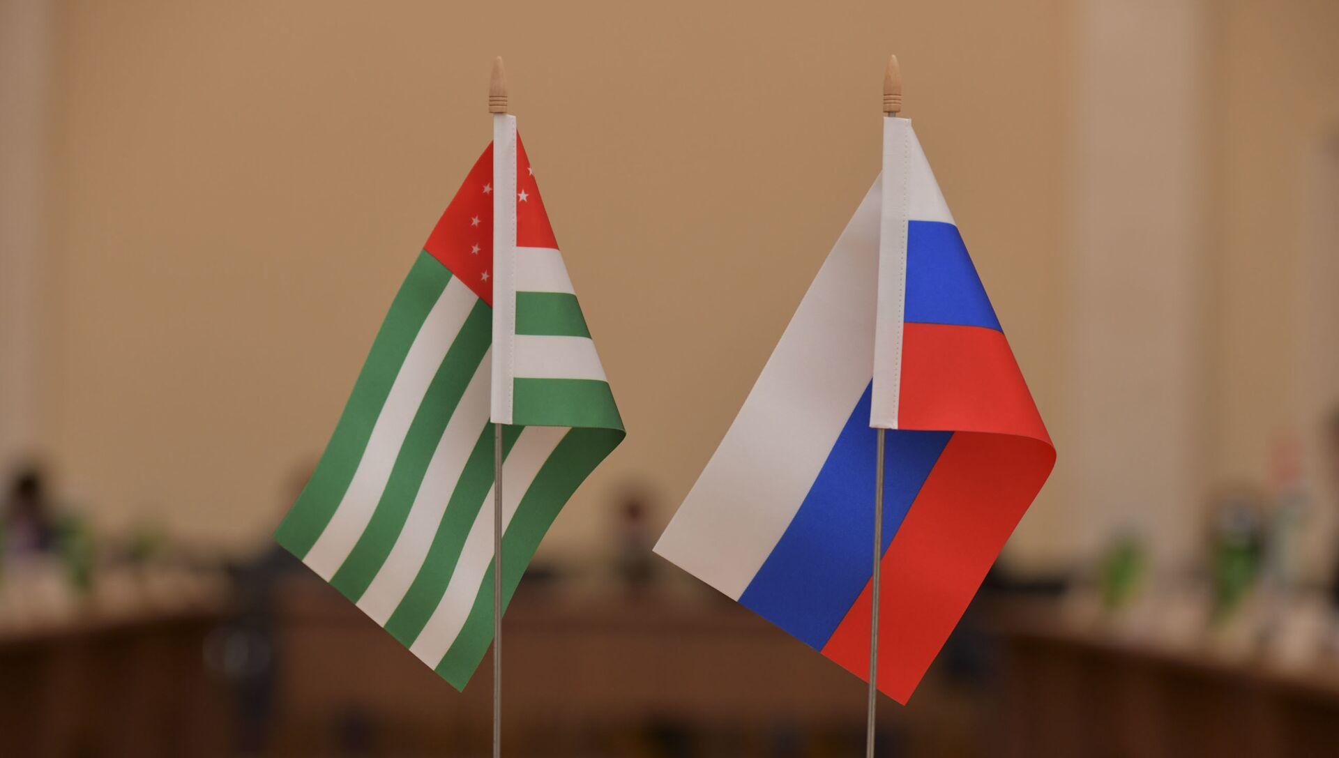 Флаг Абхазии и России  - Sputnik Абхазия, 1920, 13.09.2021