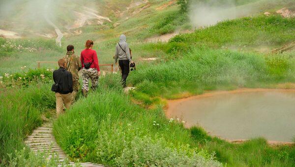Туристы проходят около Утиных озер в Долине Гейзеров в Кроноцком государственном природном биосферномй заповеднике на Камчатке - Sputnik Абхазия