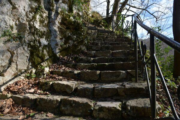 Лестница из каменных ступеней ведет к гроту-келье Симона Кананита   - Sputnik Аҧсны