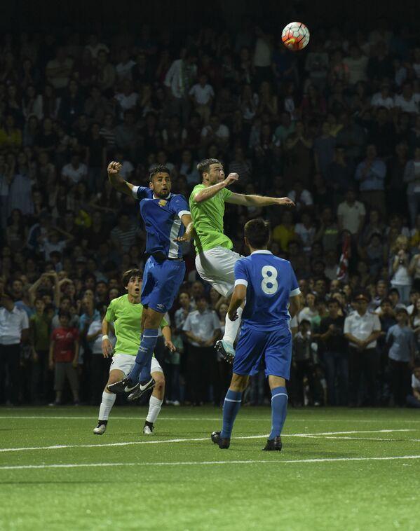 Игроки в прыжке пытаются первыми принять летящий мяч. - Sputnik Аҧсны