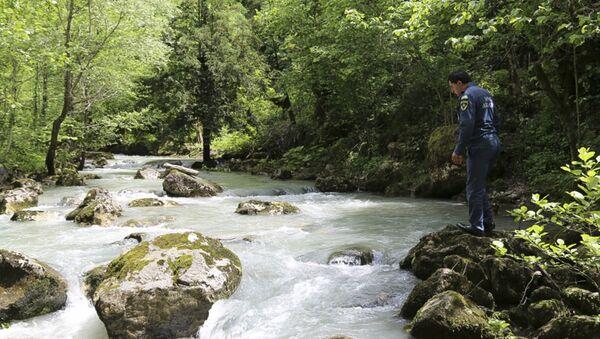 МЧС продолжают поиски упавшей в реку туристки   - Sputnik Абхазия