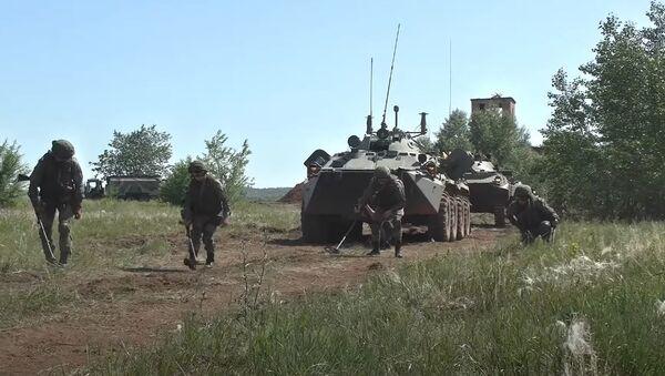 Военнослужащие ЦВО отработали штурм зданий на учениях в Оренбургской области - Sputnik Абхазия