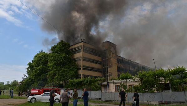 В Сухуме загорелось здание бывшей кондитерской фабрики  - Sputnik Абхазия