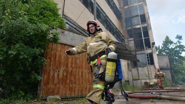 Не «сладкая» судьба: как тушили пожар на бывшей кондитерской фабрике в Сухуме - Sputnik Абхазия