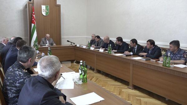 Президент Абхазии Аслан Бжания провел совещание в связи с ранением туристов - Sputnik Аҧсны