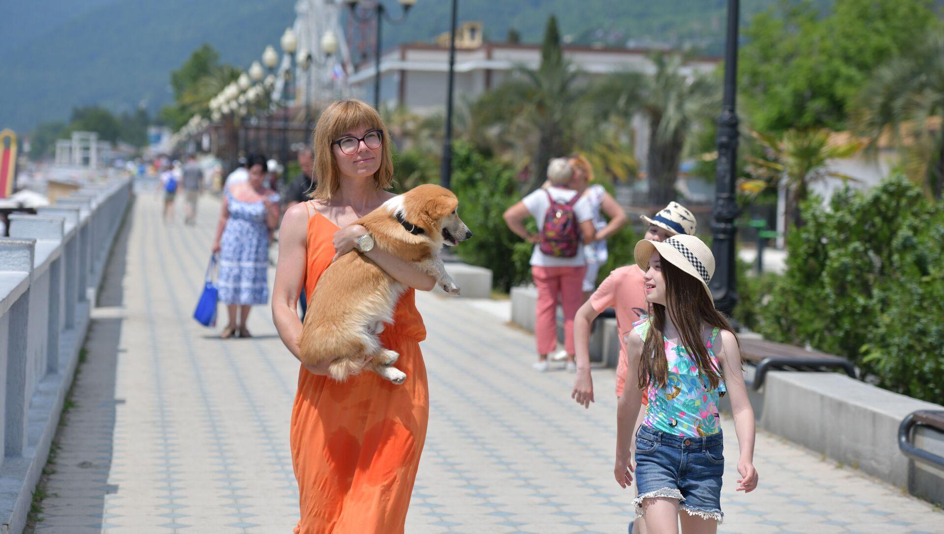 Туристы на набережной Гагры  - Sputnik Абхазия, 1920, 06.09.2021