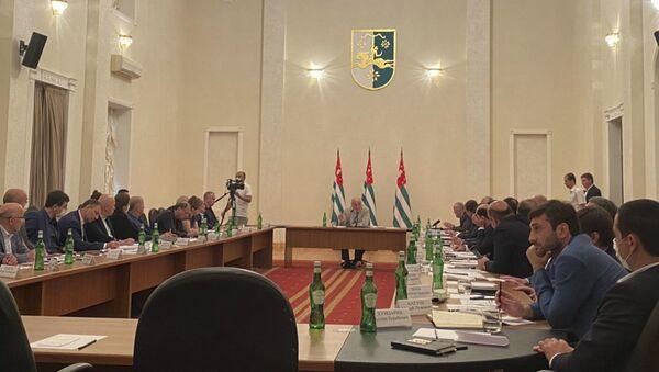 Президент Аслан Бжания провел совещание по актуальным вопросам состояния энергетической отрасли - Sputnik Абхазия