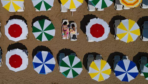Девушки на пустынном пляже на берегу Мраморного моря в Турции - Sputnik Аҧсны