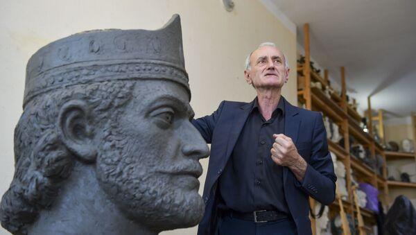Амиран Адлейба и его скульптура царя Леона - Sputnik Абхазия