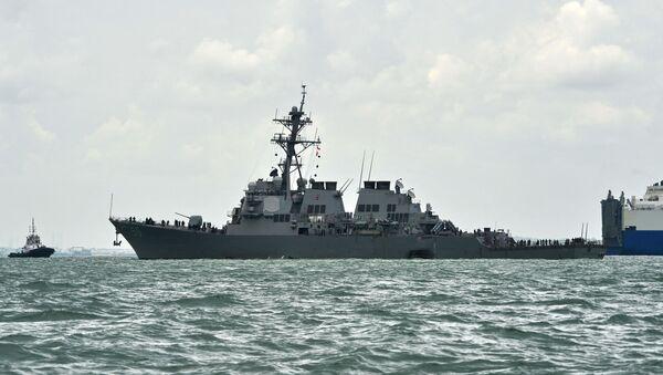 На общем виде показан эсминец с управляемыми ракетами USS John S. McCain с дырой на левом боку после столкновения с нефтяным танкером у военно-морской базы Чанги в Сингапуре - Sputnik Абхазия