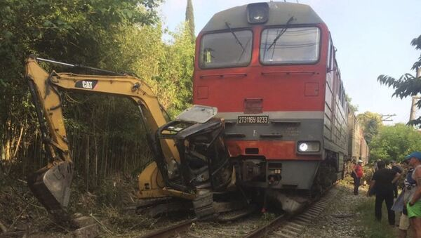 В районе города Гагра скорый поезд «Москва – Сухум» столкнулся с трактором - Sputnik Абхазия