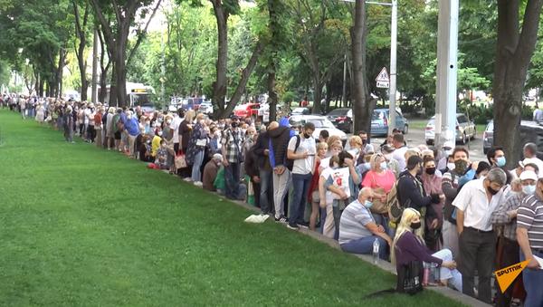 Факт: в Молдове тысячи людей стоят за российской вакциной в очереди - Sputnik Абхазия