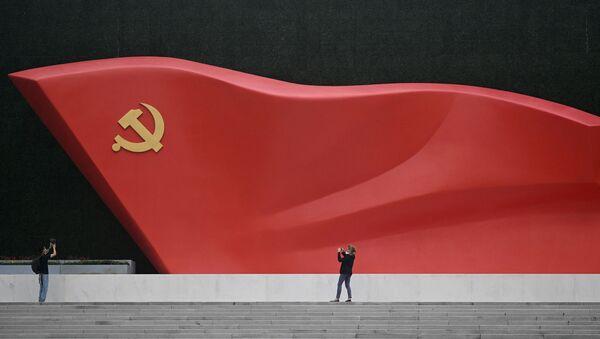 Журналисты фотографируют скульптуру национального флага во время посещения Музея Коммунистической партии Китая возле национального стадиона «Птичье гнездо» в Пекине - Sputnik Абхазия