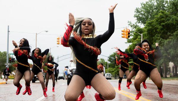 Танцевальный капитан Шайр'Мэй Харрис возглавляет участников из For The Love of Dance Studio во время парада, штат Мичиган, США - Sputnik Абхазия