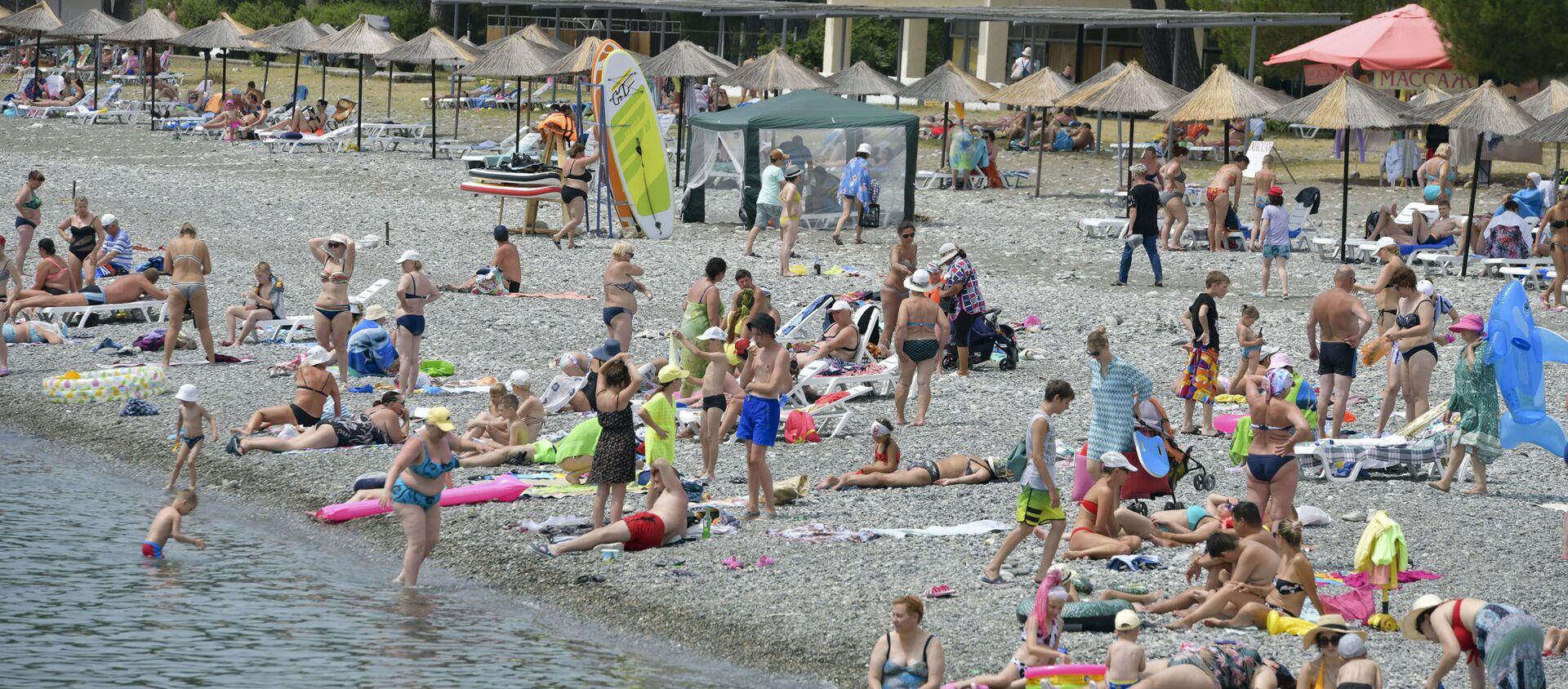 Курортный сезон. Отдыхающие на пляжах Абхазии.  - Sputnik Аҧсны, 1920, 30.06.2021