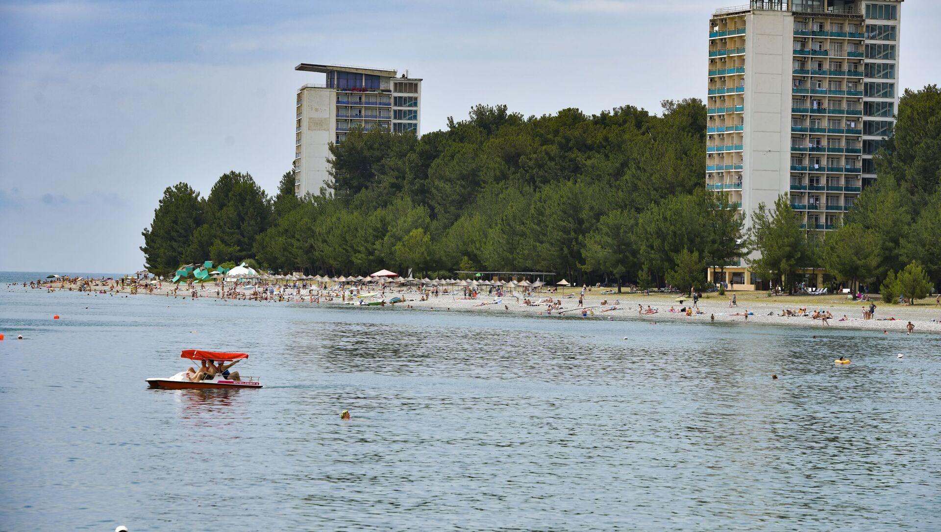 Курортный сезон. Отдыхающие на пляжах Абхазии.  - Sputnik Аҧсны, 1920, 20.09.2021