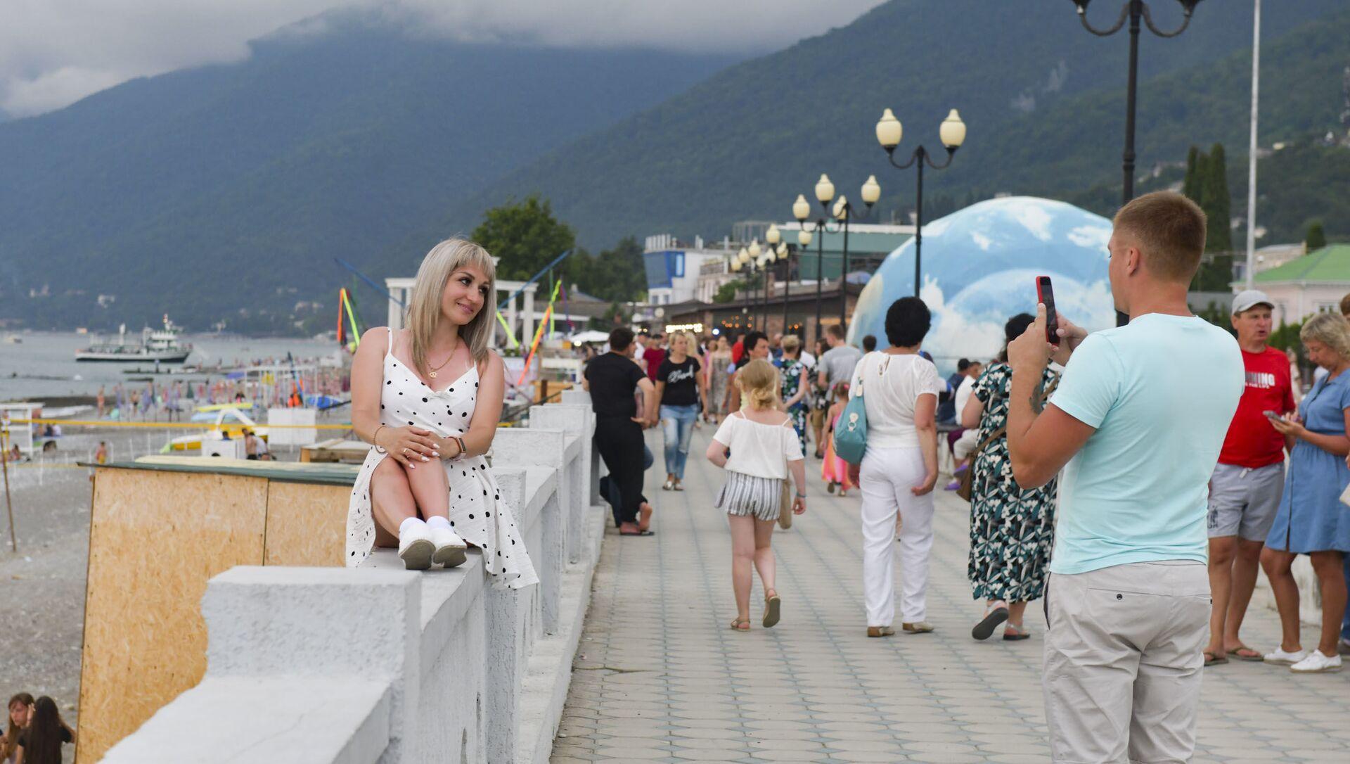Курортный сезон. Отдыхающие на пляжах Абхазии.  - Sputnik Абхазия, 1920, 15.08.2021