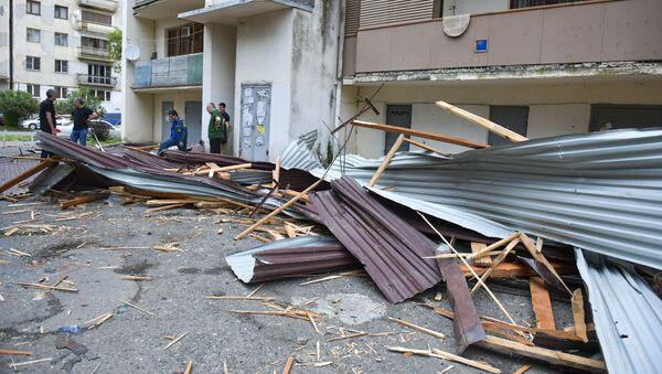 Сильный ветер в Сухуме повалил деревья и снес крыши домов  - Sputnik Абхазия