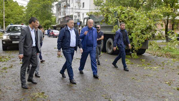 Аслан Бжания и Беслан Эшба провели инспекцию по Сухуму после урагана - Sputnik Абхазия