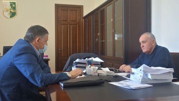 Беслан Эшба и Александр Анкваб обсудили ущерб, нанесенный Сухуму штормом - Sputnik Абхазия