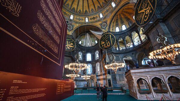 Мужчины стоят в соборе Святой Софии в Стамбуле  - Sputnik Абхазия