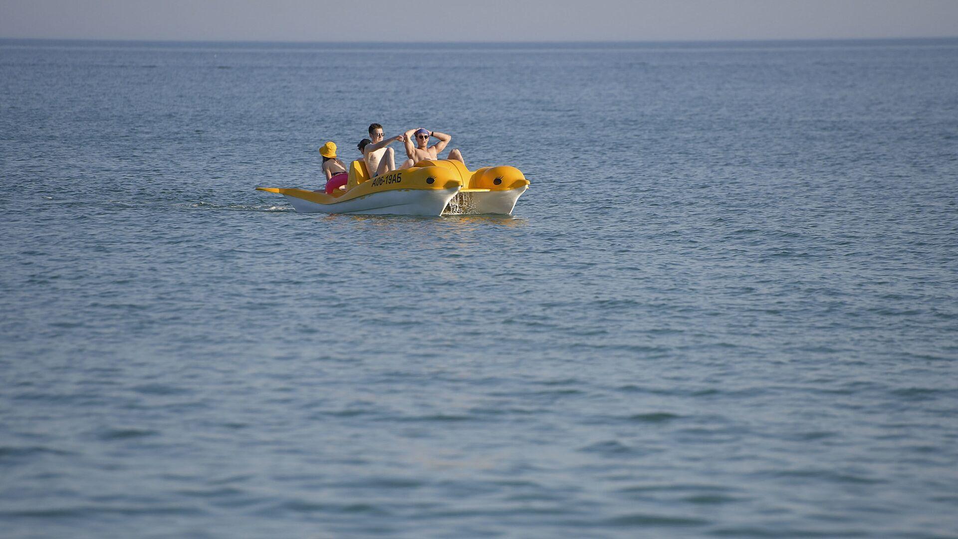 Туристы плавают на катамаране в море  - Sputnik Абхазия, 1920, 18.08.2021