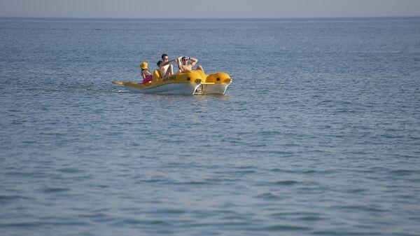 Туристы плавают на катамаране в море  - Sputnik Аҧсны