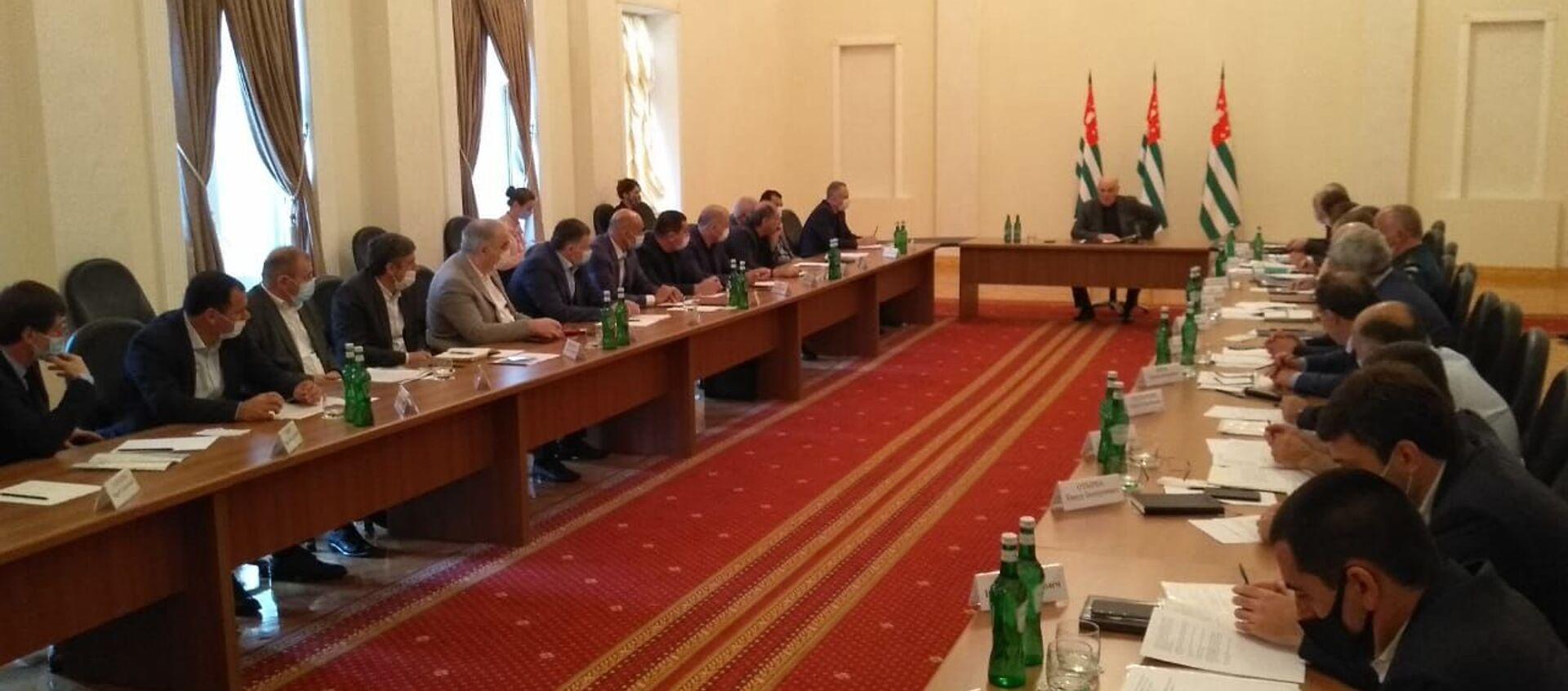 Президент Аслан Бжания провел рабочее совещание с участием членов правительства - Sputnik Абхазия, 1920, 12.07.2021