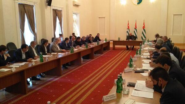 Президент Аслан Бжания провел рабочее совещание с участием членов правительства - Sputnik Аҧсны
