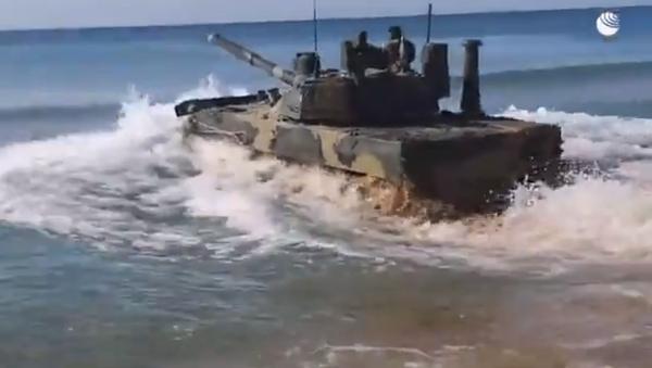 Кадры испытаний плавающего танка Спрут-СДМ1 в Черном море - Sputnik Абхазия