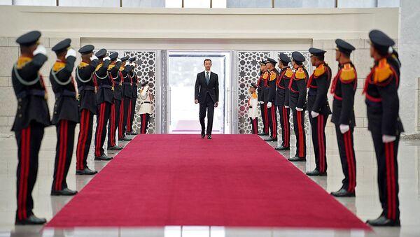 Раздаточный материал, опубликованный на официальной странице президентства Сирии в Facebook, показывает, что президент Башар аль-Асад прибывает на церемонию - Sputnik Абхазия