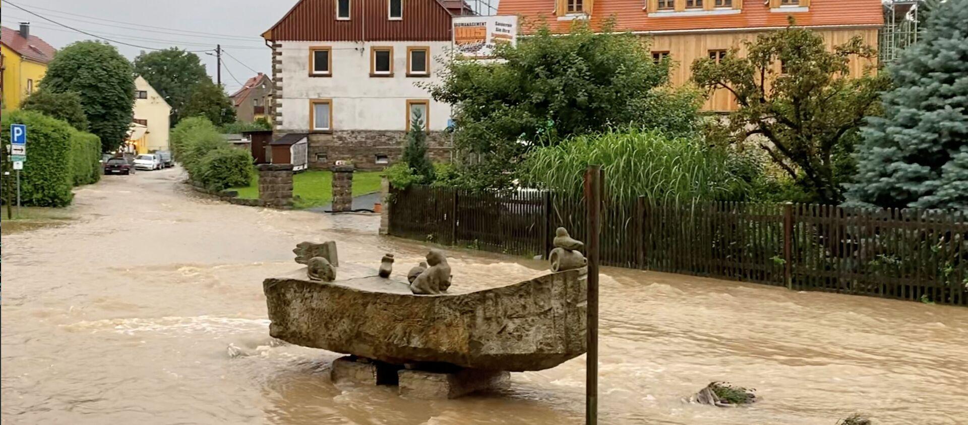 После проливных дождей в Райнхардтсдорф-Шона, Саксония, Германия, 17 июля 2021 года, паводковые воды текут по дороге. На этом снимке, сделанном 17 июля 2021 года в социальных сетях, есть видео, полученное REUTERS. - Sputnik Абхазия, 1920, 19.07.2021