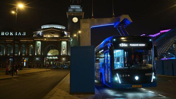 Электробус на станции быстрой заряд возле Киевского вокзала в Москве. - Sputnik Аҧсны