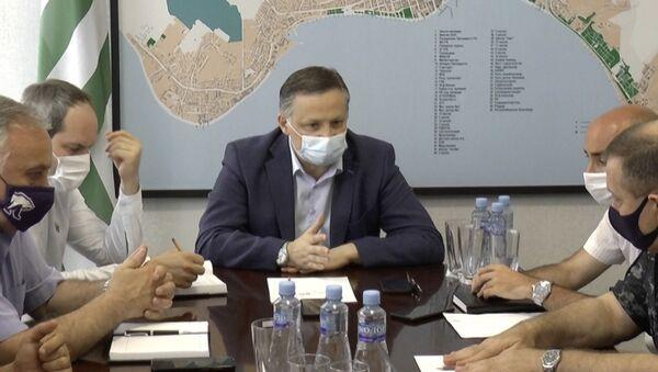 Мэр Сухума Беслан Эшба провел совещание в связи с неблагополучной ситуацией по коронавирусной инфекции.  - Sputnik Абхазия