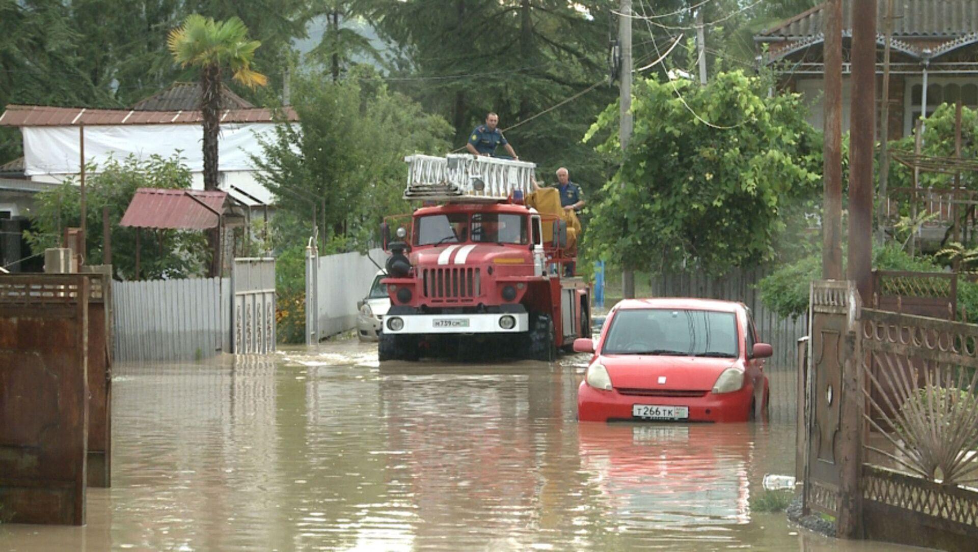 Затопленные дороги и дома  в Абхазии  - Sputnik Абхазия, 1920, 27.07.2021