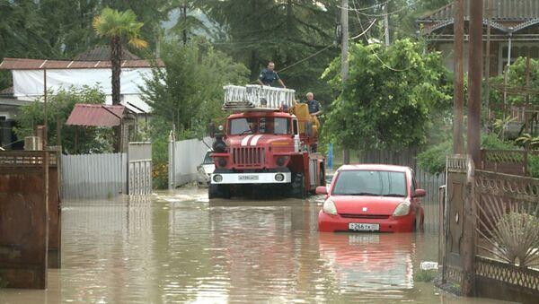 Затопленные дороги и дома  в Абхазии  - Sputnik Абхазия