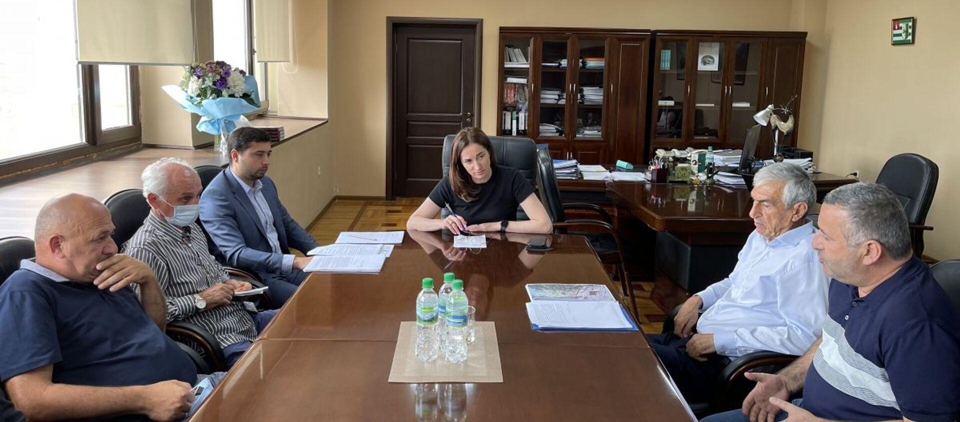 Вице-премьер, министр экономики Кристина Озган провела совещание с представителями Государственного управления лесного хозяйства, Государственного комитета по экологии и директорами лесхозов, на котором обсудили текущую ситуацию в отрасли. - Sputnik Абхазия, 1920, 27.07.2021