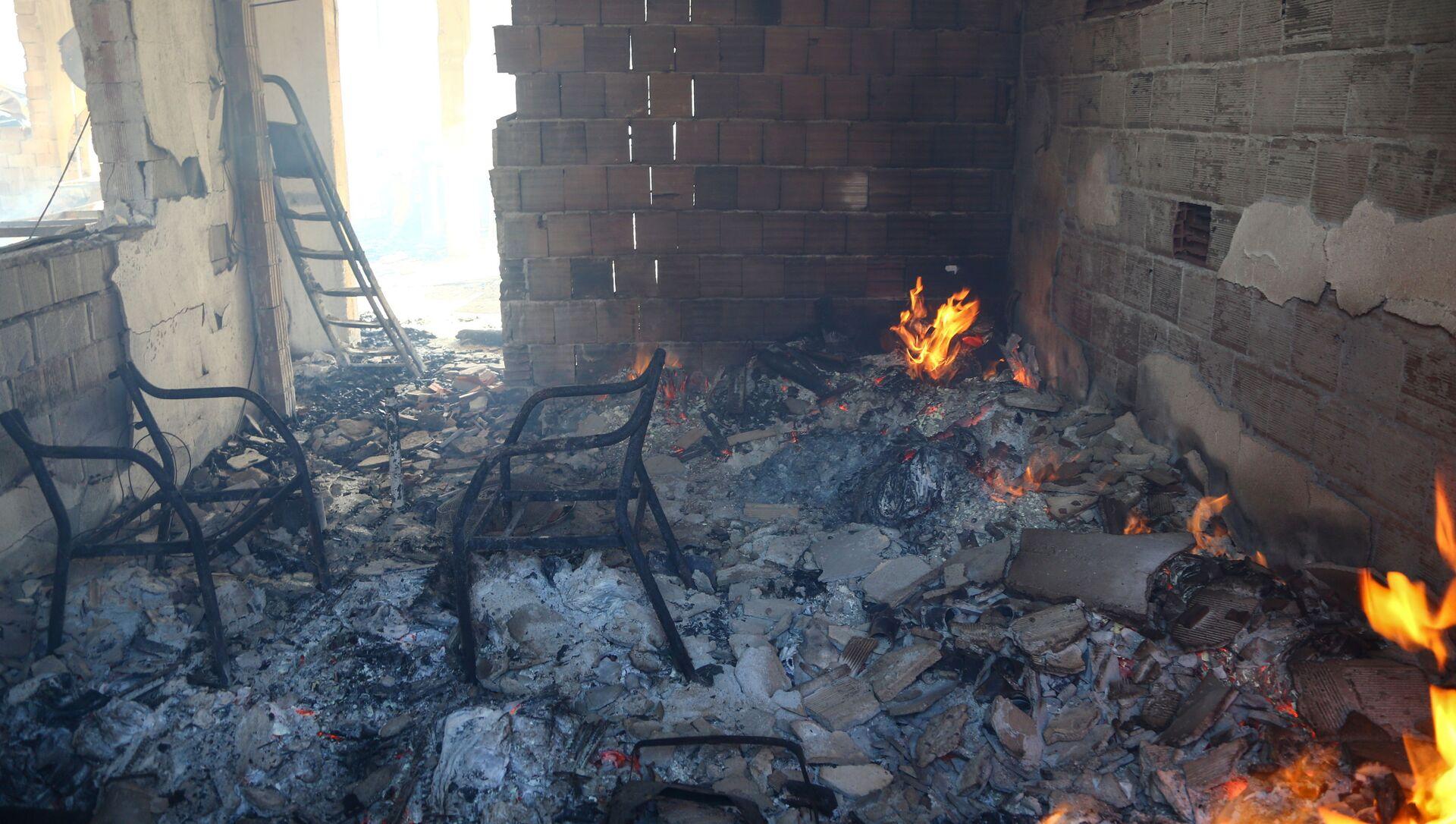 Комната сгоревшего в результате лесного пожара дома в Манагавте, Турция - Sputnik Абхазия, 1920, 30.07.2021