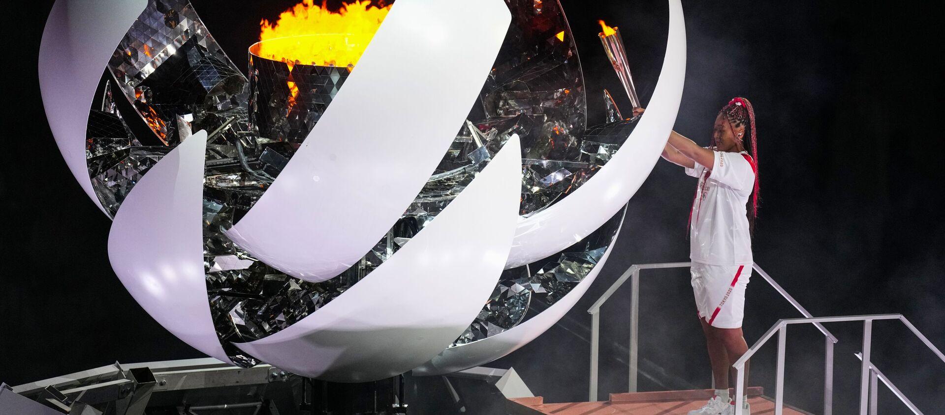 Теннисистка Наоми Осака зажигает олимпийский огонь на церемонии открытия XXXII летних Олимпийских игр в Токио - Sputnik Абхазия, 1920, 03.08.2021