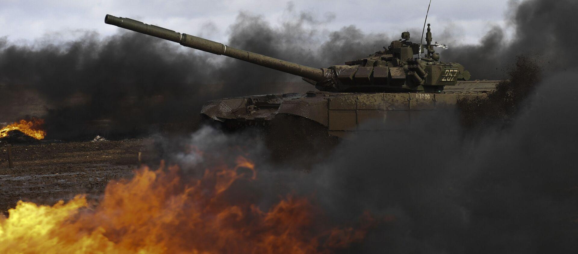 Танк Т-72Б3 во время соревнований Международные армейские игры в Свердловской области. Рекадрированный. - Sputnik Абхазия, 1920, 02.08.2021