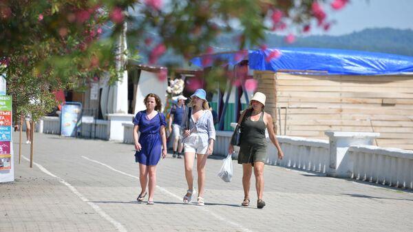 Туристы на набережной города  - Sputnik Абхазия