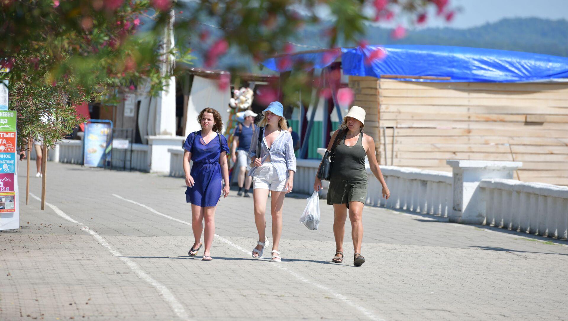 Туристы на набережной города  - Sputnik Абхазия, 1920, 02.08.2021