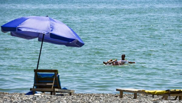Мужчина купается на круге в море  - Sputnik Абхазия