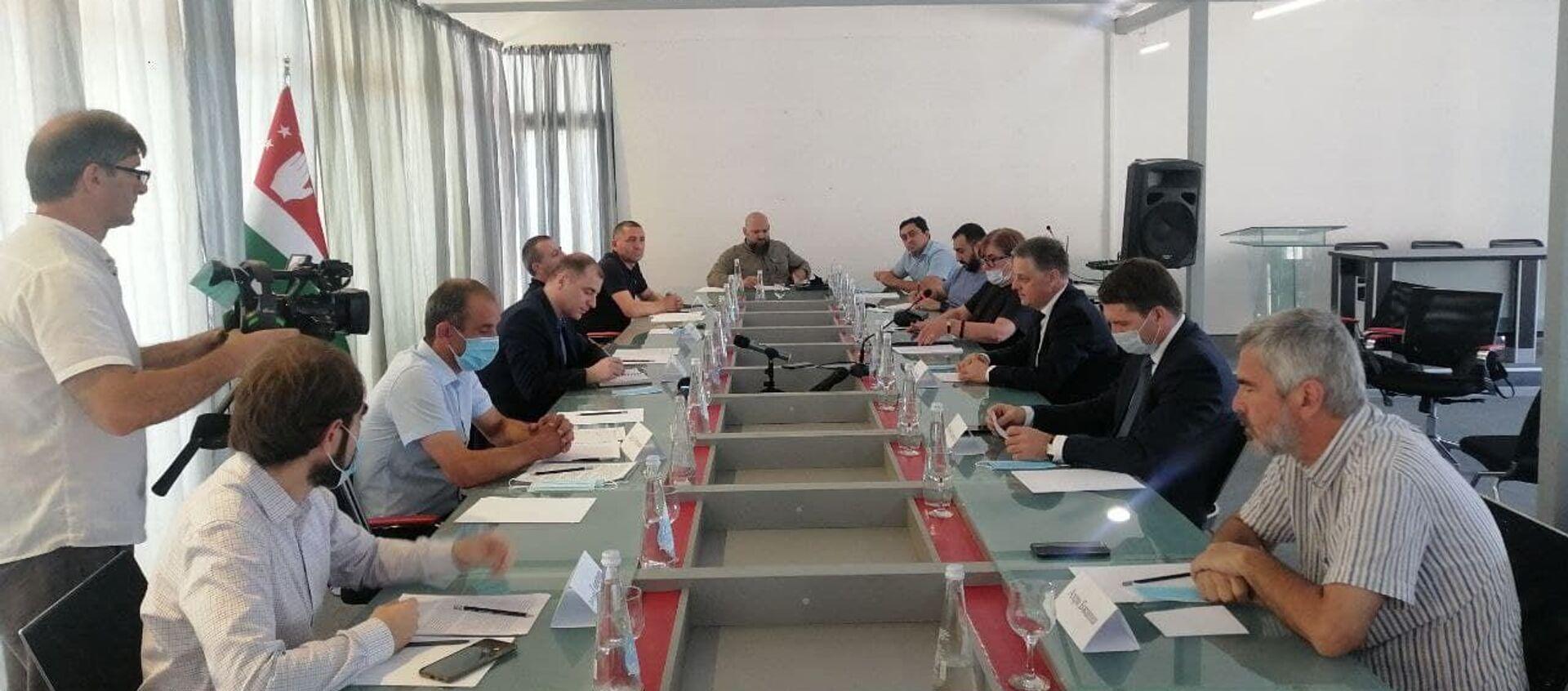 Обсуждение экономических проблем на круглом столе в Сухуме. - Sputnik Абхазия, 1920, 04.08.2021