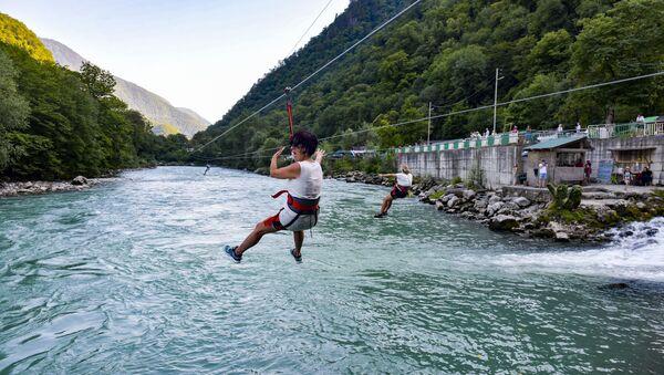 Туристы в Рицинском реликтовом национальном парке Абхазии  - Sputnik Абхазия