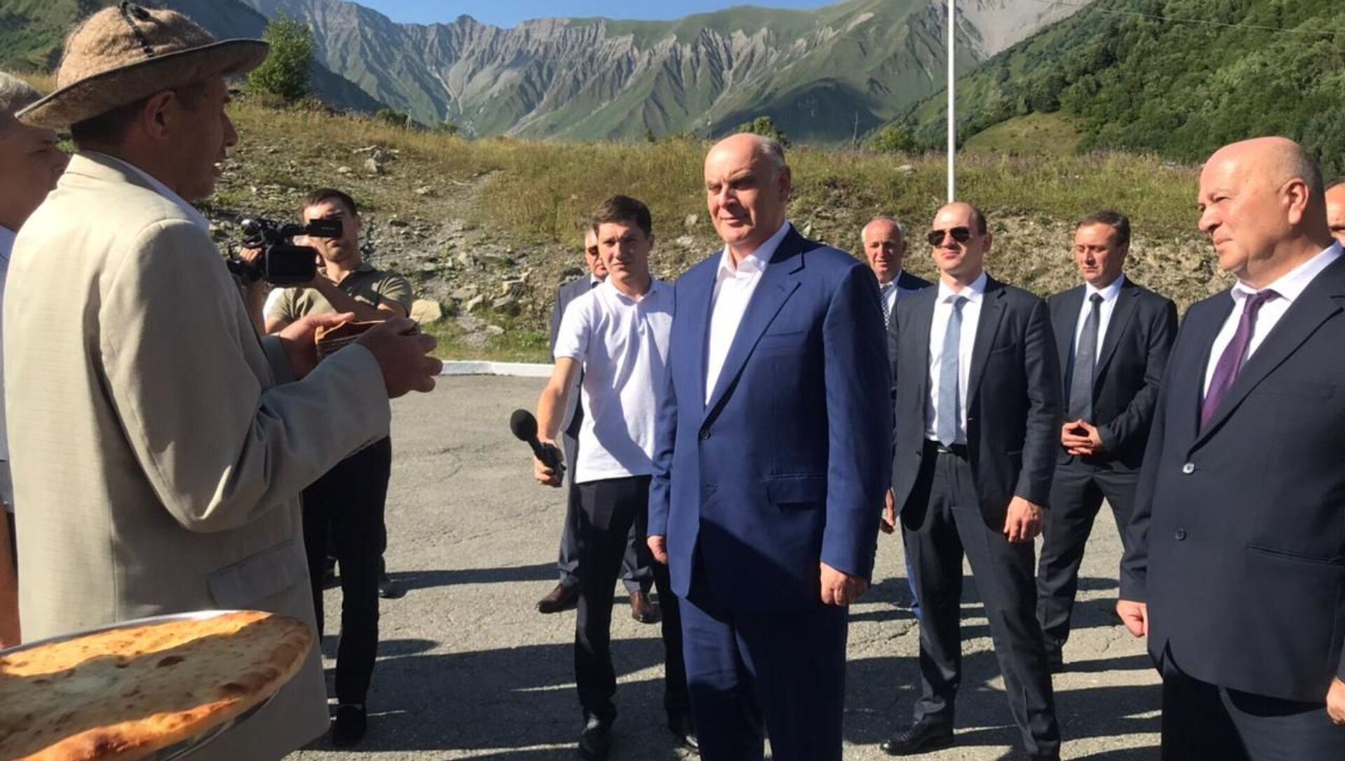 Делегация Абхазии во главе с президентом Асланом Бжания прибыла с трехдневным официальным визитом в Южную Осетию для участия в памятных мероприятиях, приуроченных к 13-й годовщине событий августа 2008 года. - Sputnik Аҧсны, 1920, 06.08.2021