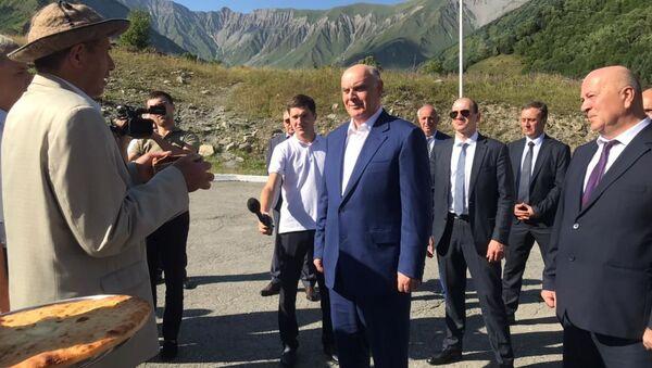 Делегация Абхазии во главе с президентом Асланом Бжания прибыла с трехдневным официальным визитом в Южную Осетию для участия в памятных мероприятиях, приуроченных к 13-й годовщине событий августа 2008 года. - Sputnik Аҧсны