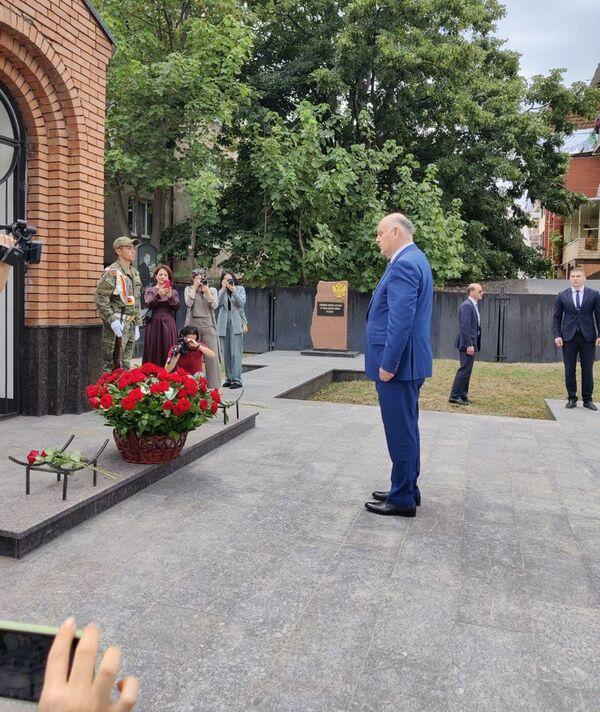Аслан Бжания возложил цветы к часовне на Мемориальном кладбище во дворе цхинвальской школы № 5. - Sputnik Абхазия