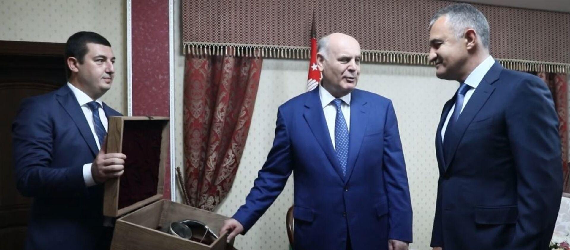 Почетный караул и переговоры: визит президента Абхазии в Южную Осетию - Sputnik Абхазия, 1920, 07.08.2021